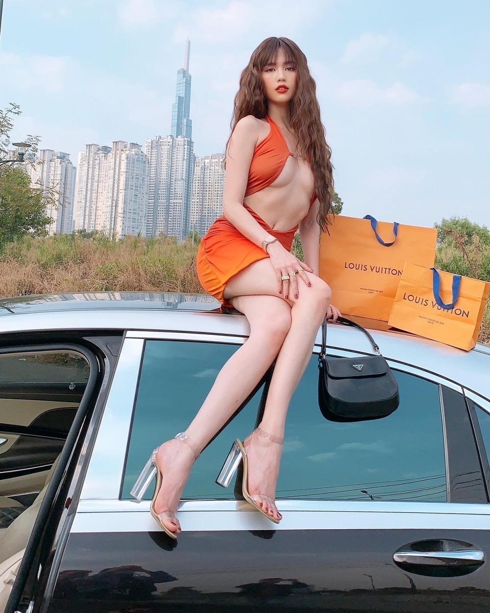 Góc chịu chơi: Ngọc Trinh đem túi hàng hiệu và xe hơi bạc tỷ ra đường tạo dáng Ảnh 5