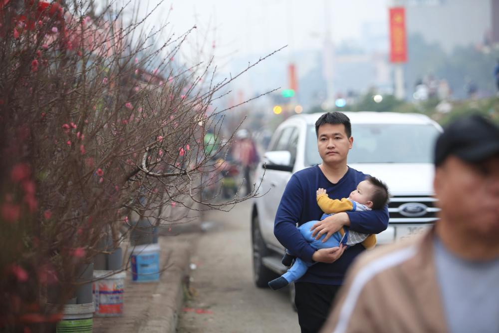 Tiểu thương vào tận vườn trả giá cao, nhiều người dân làng Nhật Tân 'hốt bạc' khi có đào bán trước Tết Ảnh 9