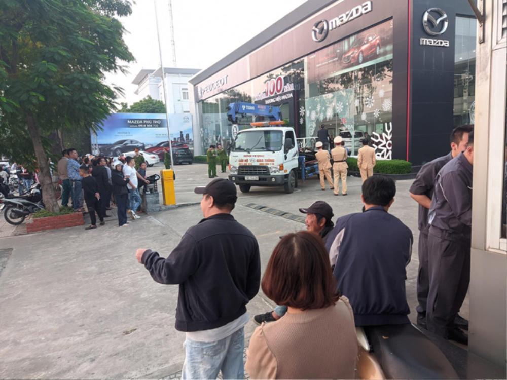 Khởi tố nữ tài xế 9X đạp nhầm chân ga lao sang showroom Mazda ở Phú Thọ khiến người đàn ông chết thảm Ảnh 2