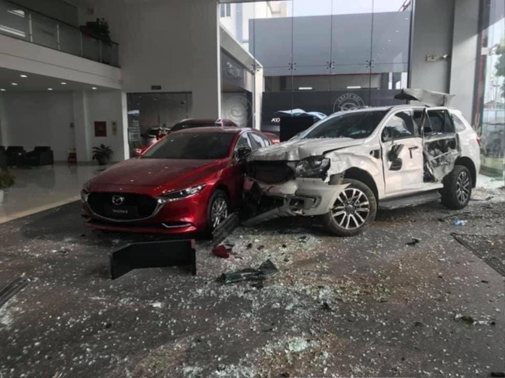 Khởi tố nữ tài xế 9X đạp nhầm chân ga lao sang showroom Mazda ở Phú Thọ khiến người đàn ông chết thảm Ảnh 1