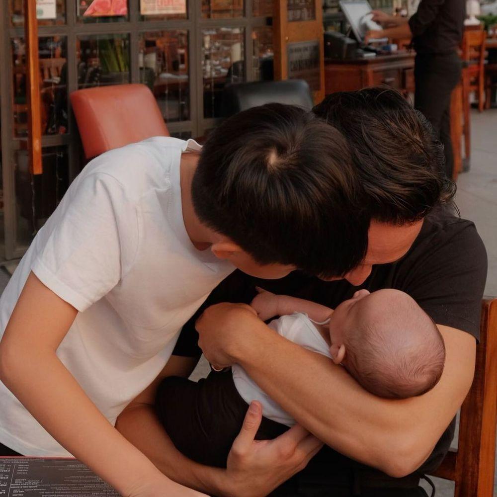 Tan chảy với khoảnh khắc 'tình bể bình' của Kim Lý dành cho vợ con giữa chốn đông người Ảnh 4