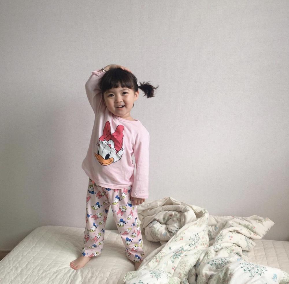 Bé gái 'thích ăn vạ' nổi như cồn khi chụp ảnh cùng bố mẹ, lộ profile khủng với cả triệu lượt theo dõi Ảnh 6