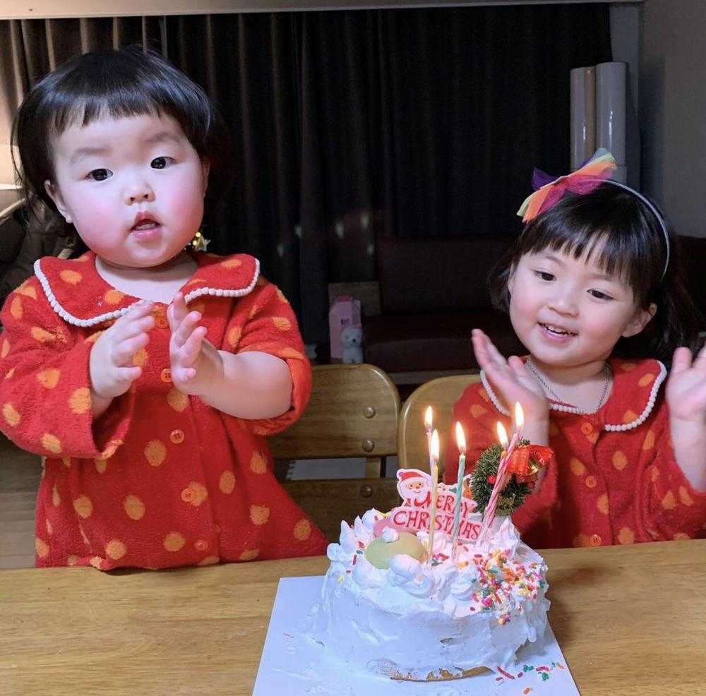Bé gái 'thích ăn vạ' nổi như cồn khi chụp ảnh cùng bố mẹ, lộ profile khủng với cả triệu lượt theo dõi Ảnh 7