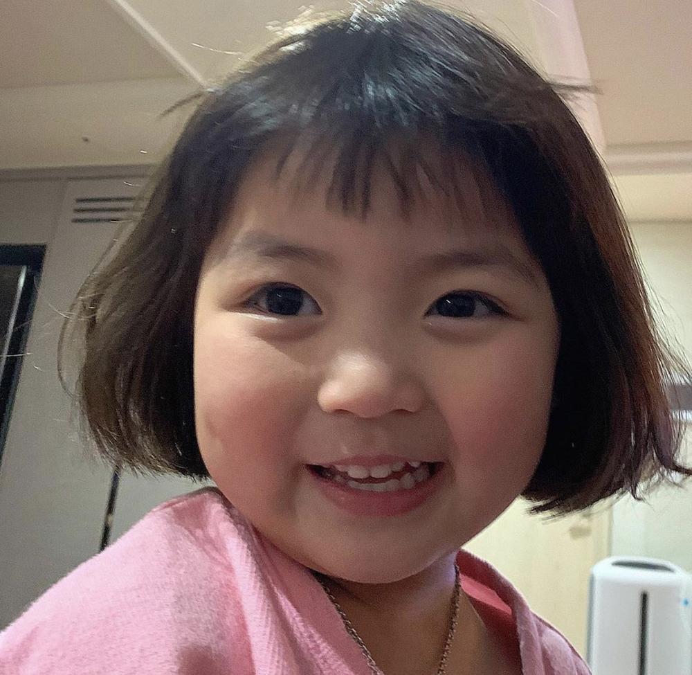 Bé gái 'thích ăn vạ' nổi như cồn khi chụp ảnh cùng bố mẹ, lộ profile khủng với cả triệu lượt theo dõi Ảnh 3