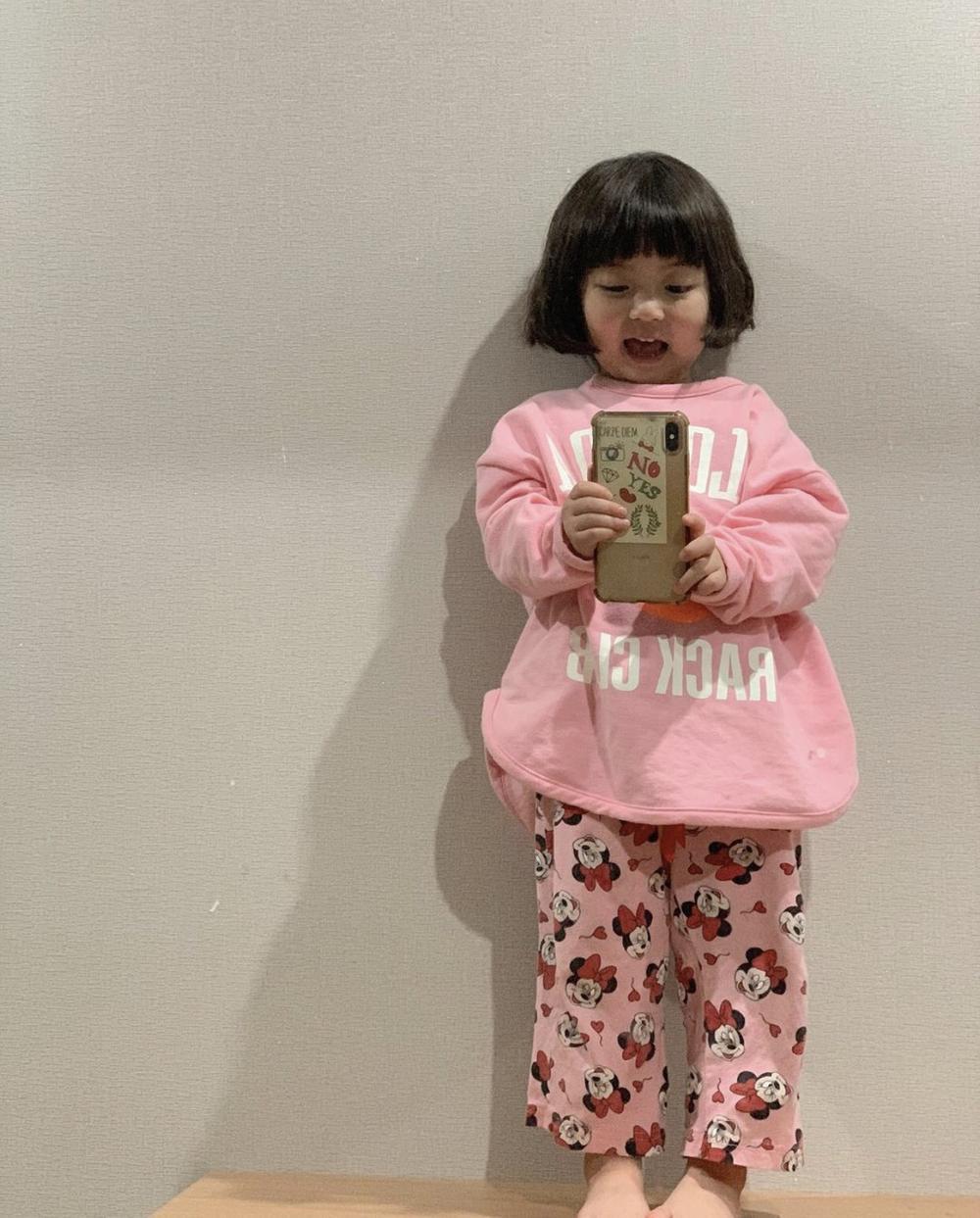 Bé gái 'thích ăn vạ' nổi như cồn khi chụp ảnh cùng bố mẹ, lộ profile khủng với cả triệu lượt theo dõi Ảnh 9