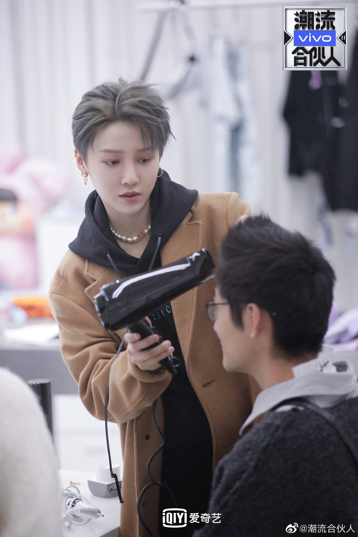 Lưu Vũ Hân - Trần Vỹ Đình như đóng phim thần tượng, 'tình tin đồn' của Dương Mịch che miệng cười Ảnh 2