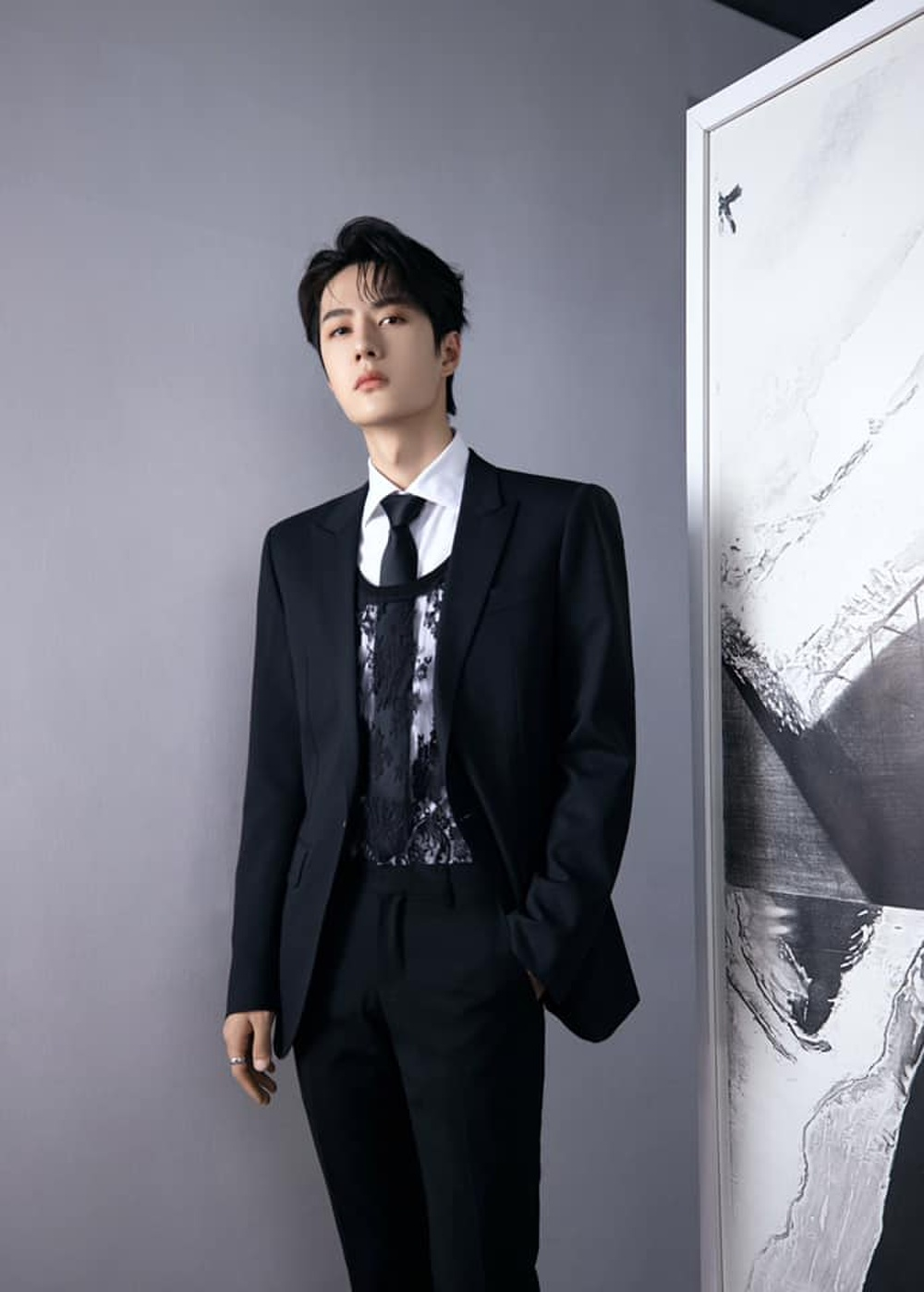 Vương Nhất Bác khiến fan mắt tròn mắt dẹt khi táo bạo mix áo ren nữ với suit truyền thống Ảnh 3