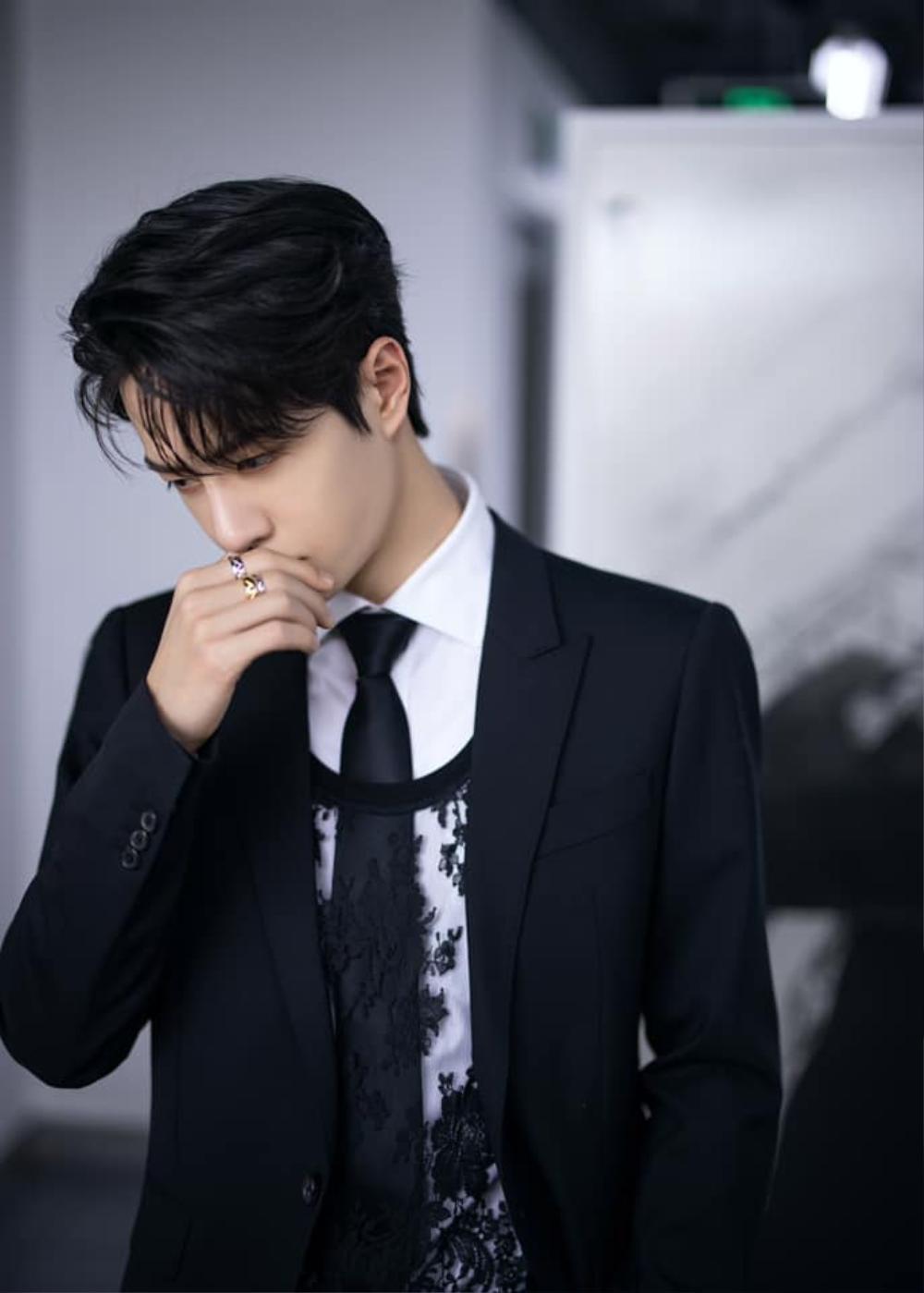 Vương Nhất Bác khiến fan mắt tròn mắt dẹt khi táo bạo mix áo ren nữ với suit truyền thống Ảnh 5