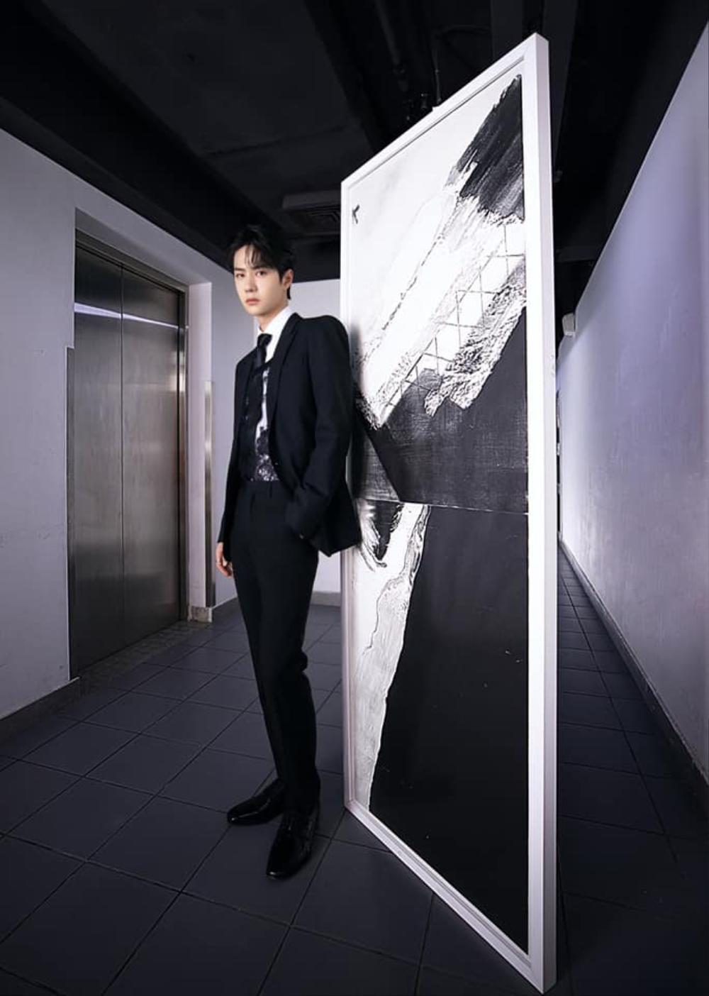 Vương Nhất Bác khiến fan mắt tròn mắt dẹt khi táo bạo mix áo ren nữ với suit truyền thống Ảnh 4