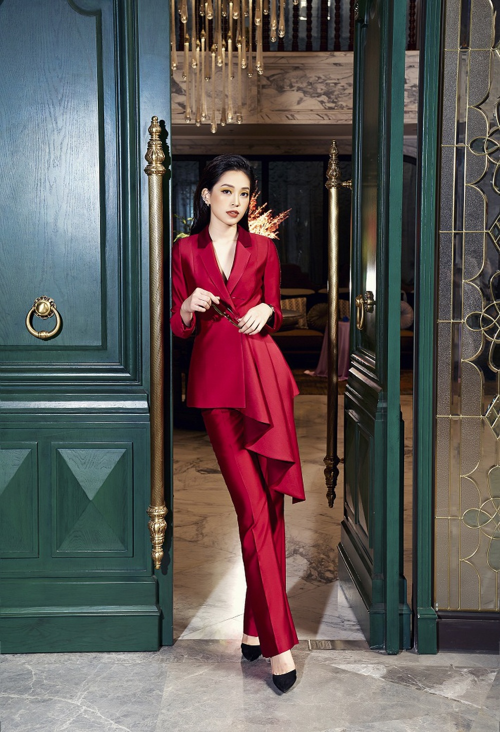 Á hậu Phương Nga khoe nhan sắc kiêu sa với váy áo lụa là đầy sắc màu Ảnh 1