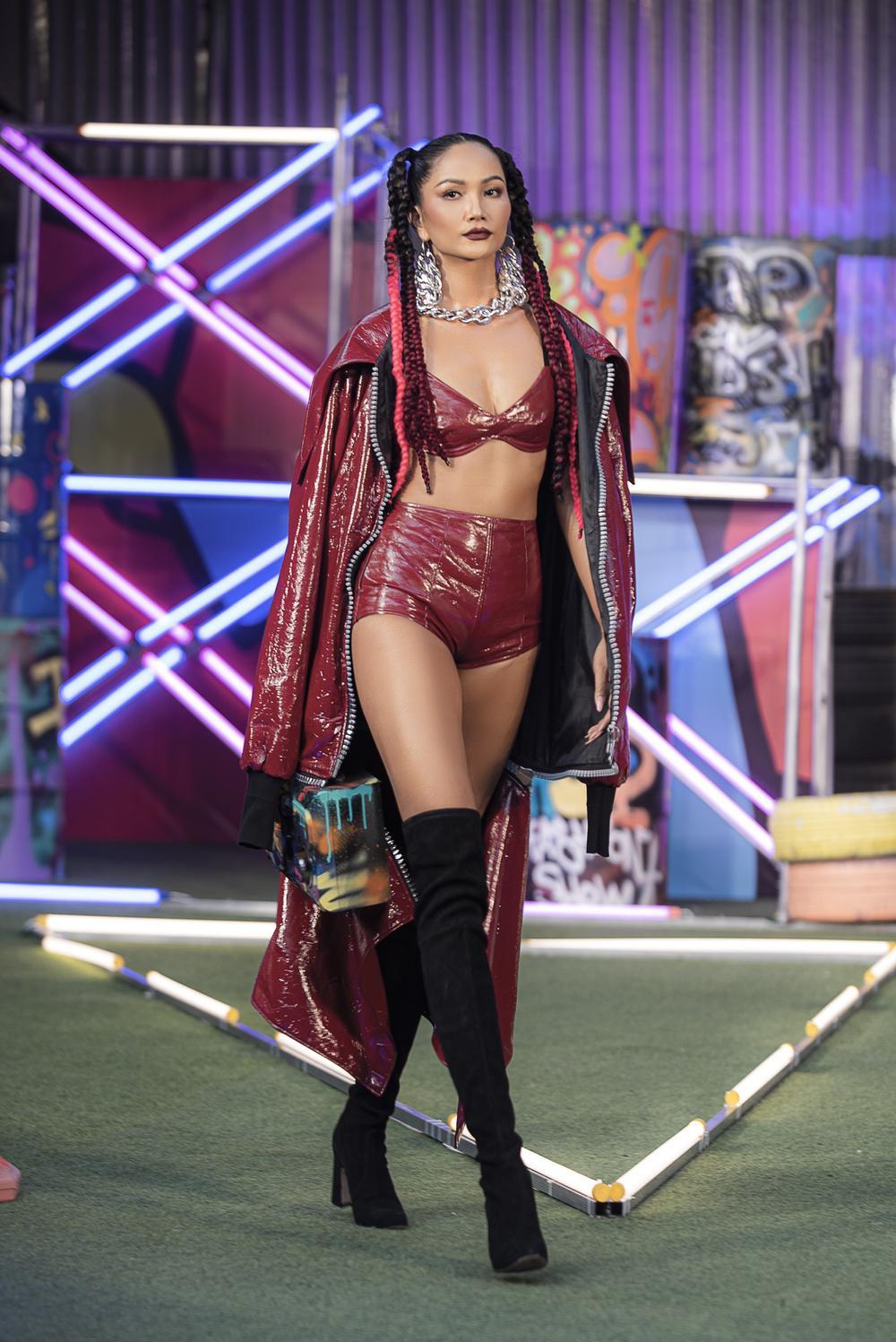 H'Hen Niê tái xuất sàn diễn thời trang, nổi loạn với phong cách Hip Hop Ảnh 2