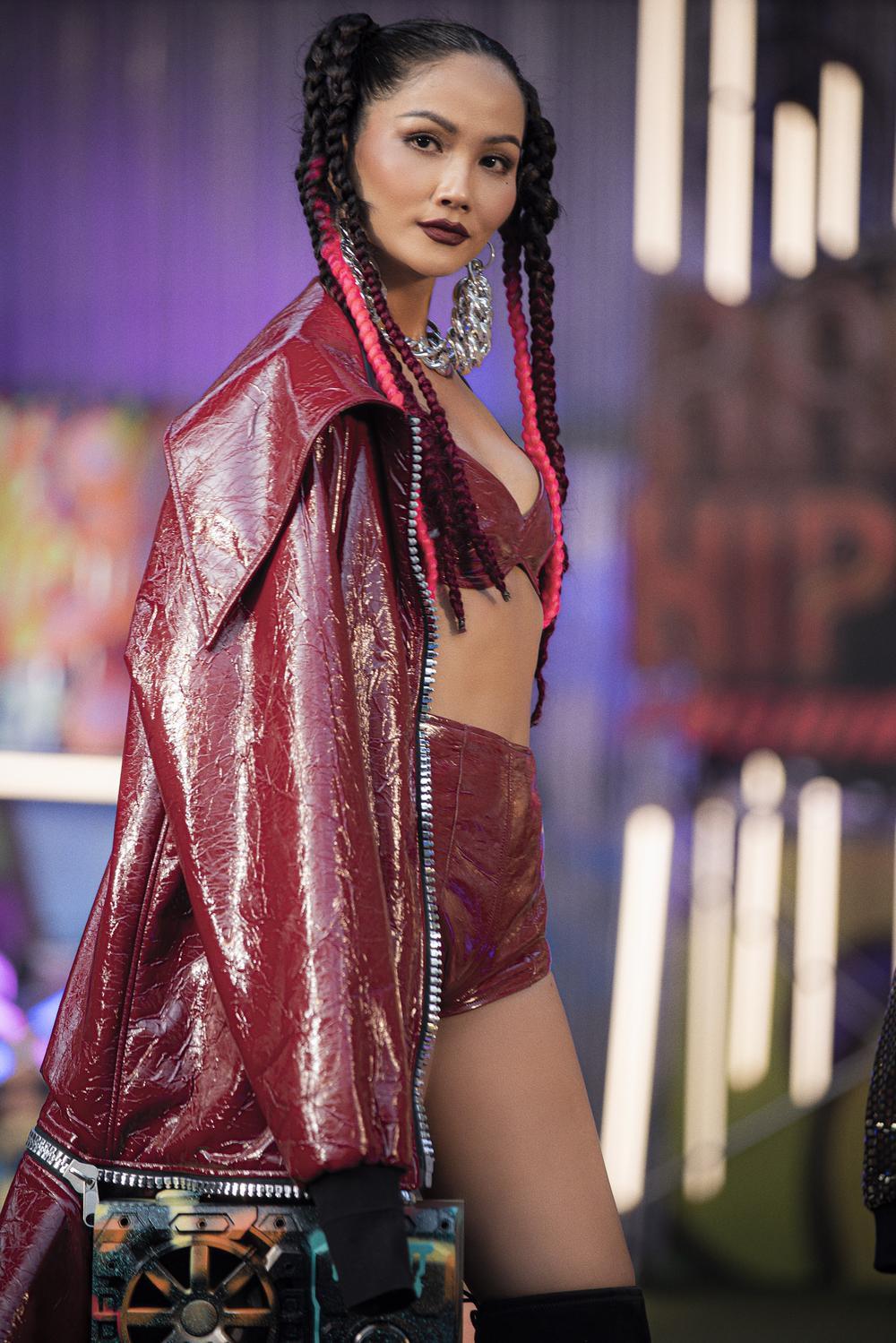 H'Hen Niê tái xuất sàn diễn thời trang, nổi loạn với phong cách Hip Hop Ảnh 6