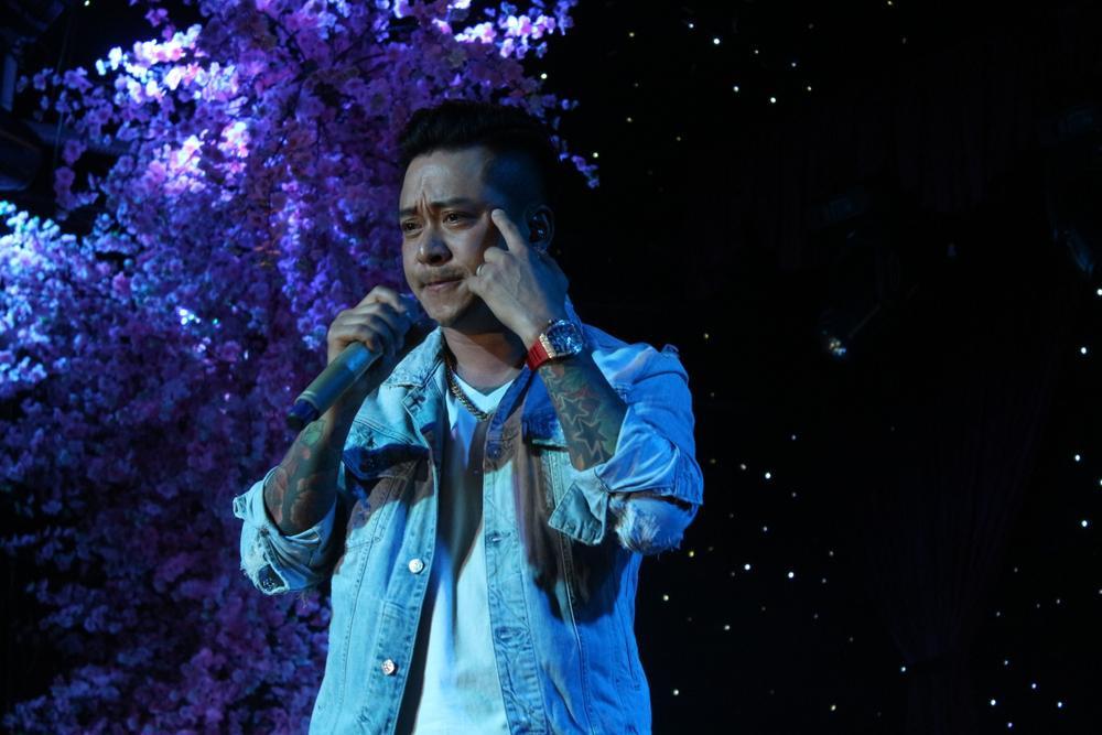 Clip: Tuấn Hưng nghẹn ngào nhắc đến Vân Quang Long trên sân khấu Ảnh 1