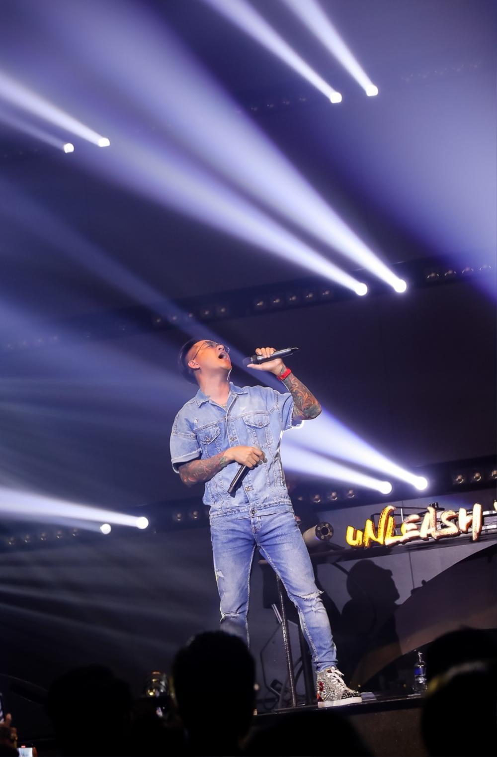 Tuấn Hưng giành chỗ của DJ, tự chỉnh nhạc cho mình trên sân khấu Ảnh 2