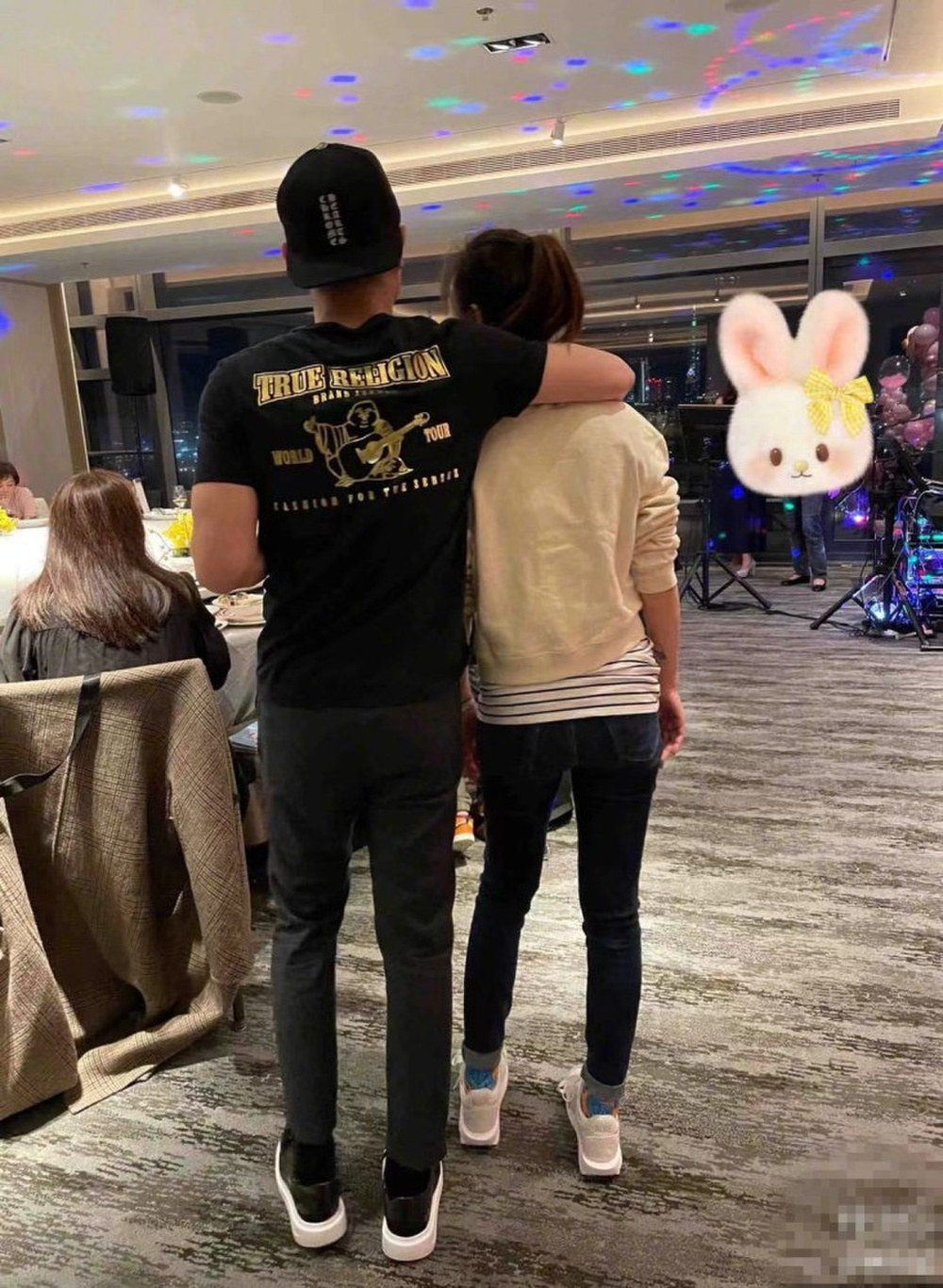 Hoắc Kiến Hoa choàng tay, ôm hôn Lâm Tâm Như thể hiện tình cảm trong ngày sinh nhật của vợ Ảnh 4