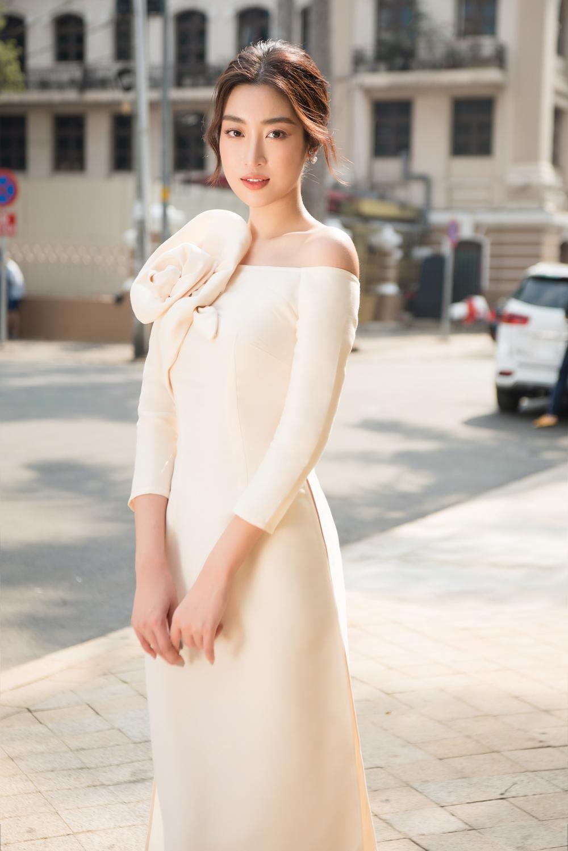 Đỗ Mỹ Linh - Tiểu Vy dịu dàng sắc xuân với áo dài cách tân thanh lịch Ảnh 6