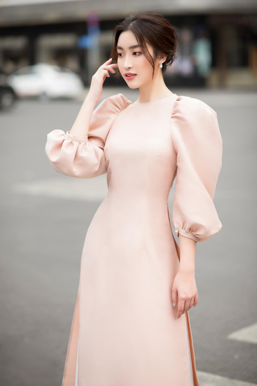 Đỗ Mỹ Linh - Tiểu Vy dịu dàng sắc xuân với áo dài cách tân thanh lịch Ảnh 3