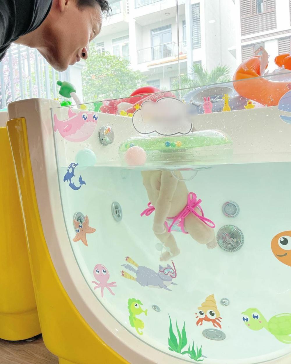 Hai con Hồ Ngọc Hà tập bơi, fan chỉ biết thốt lên 'cưng muốn xỉu' Ảnh 1