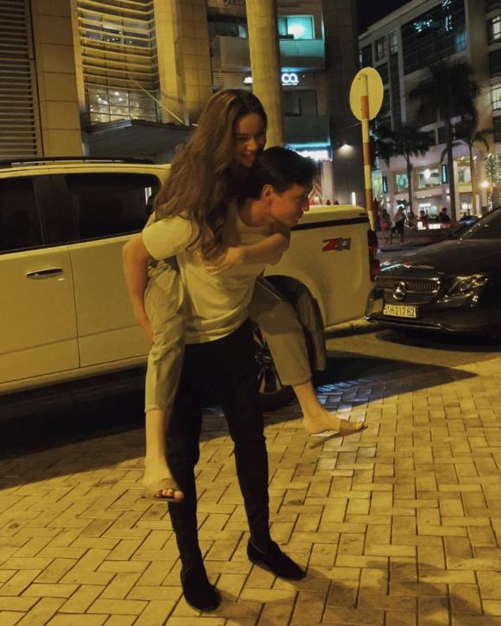 Lịm tim trước loạt khoảnh khắc đầy tình cảm của Hà Hồ và Kim Lý khi 'trốn' cặp song sinh đi chơi riêng Ảnh 2