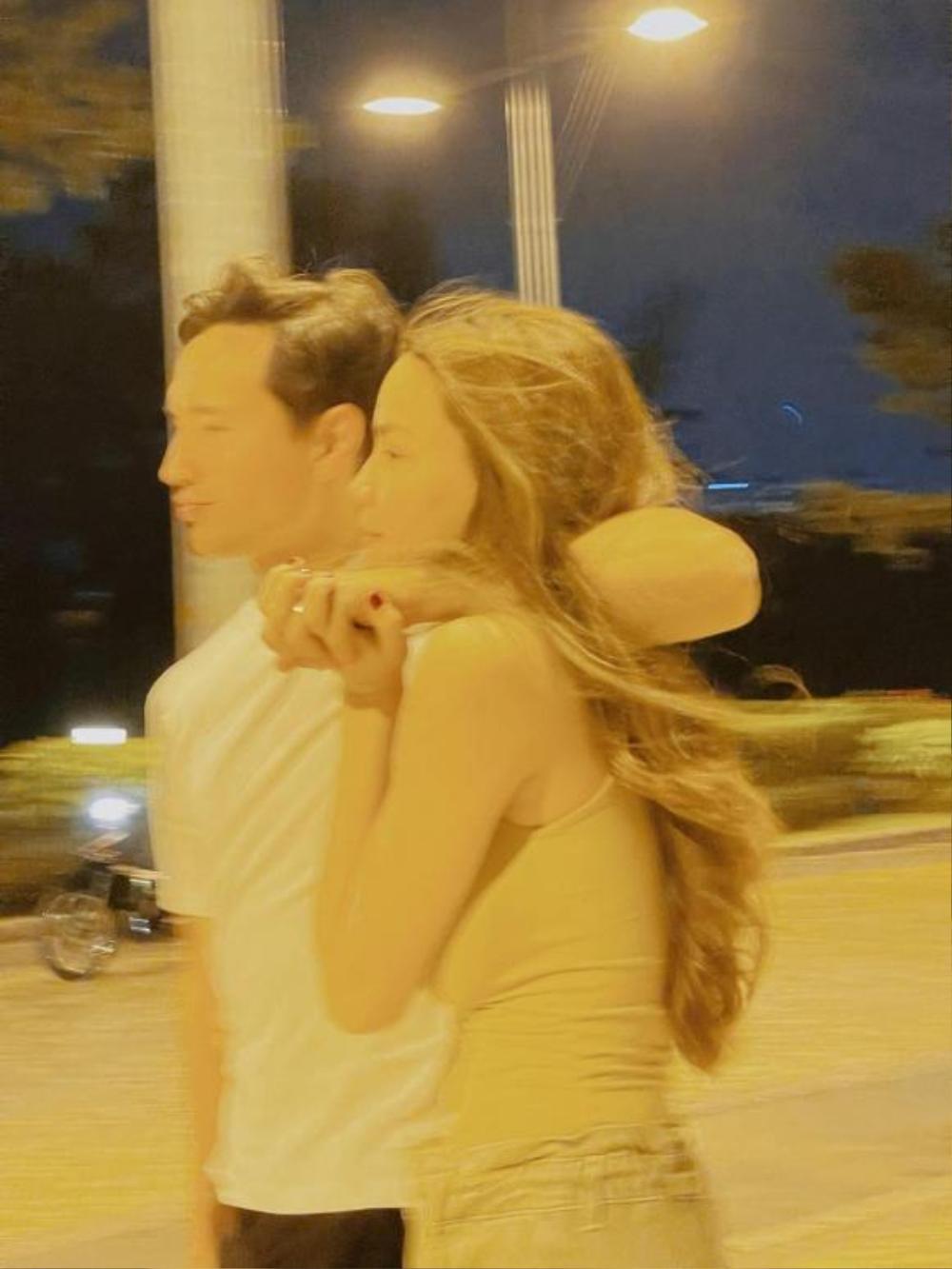 Lịm tim trước loạt khoảnh khắc đầy tình cảm của Hà Hồ và Kim Lý khi 'trốn' cặp song sinh đi chơi riêng Ảnh 3