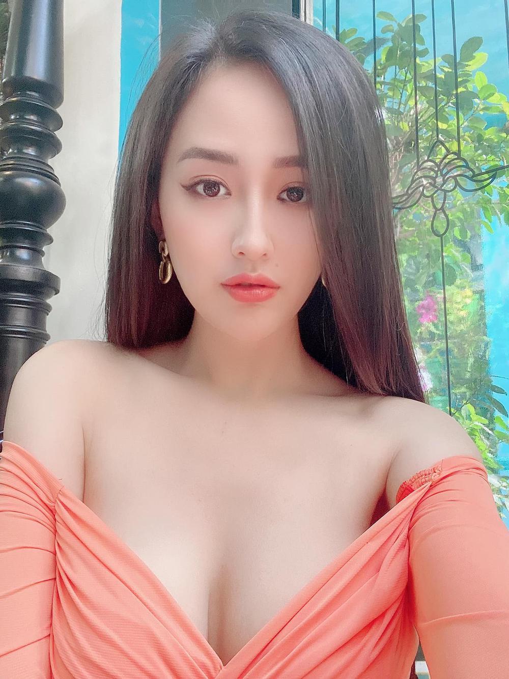 Mai Phương Thúy mặc trễ nải, khoe vòng 1 gần 1m khi đi ăn cưới Phan Thành và Primmy Trương Ảnh 6
