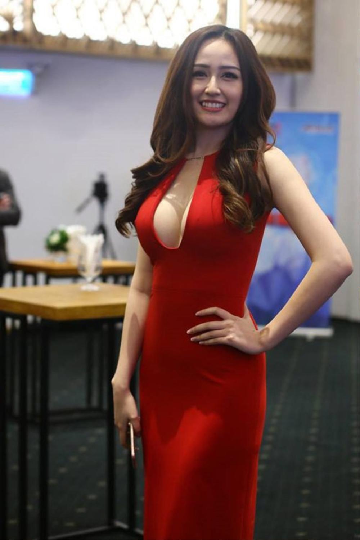 Mai Phương Thúy mặc trễ nải, khoe vòng 1 gần 1m khi đi ăn cưới Phan Thành và Primmy Trương Ảnh 5
