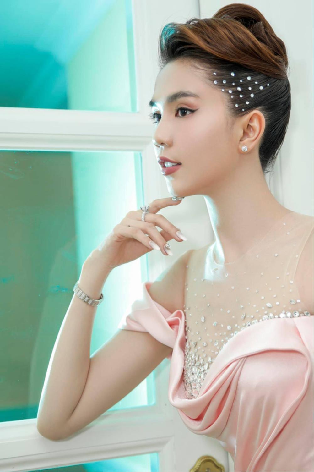 Đụng hàng Hoa hậu Đỗ Thị Hà, Ngọc Trinh vẫn ghi điểm khi đính hàng nghìn viên đá lên tóc Ảnh 4