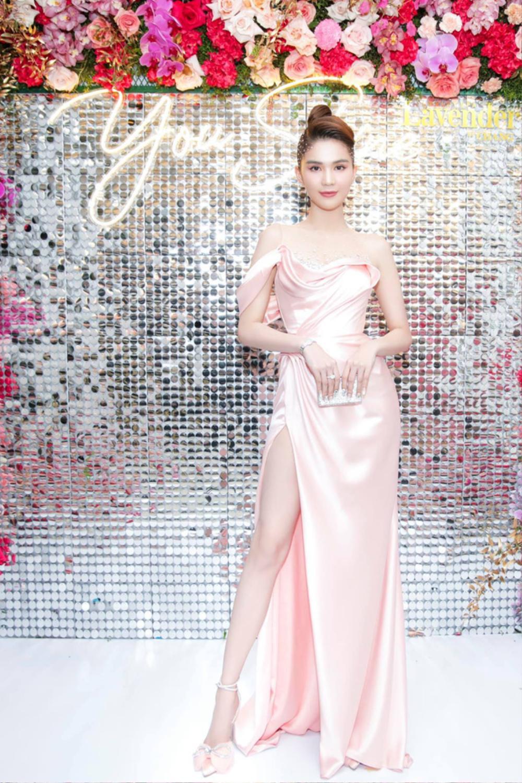 Đụng hàng Hoa hậu Đỗ Thị Hà, Ngọc Trinh vẫn ghi điểm khi đính hàng nghìn viên đá lên tóc Ảnh 5