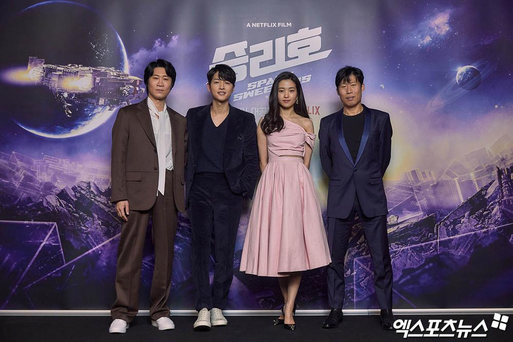Song Joong Ki kém sắc bên 'tình mới' tại họp báo, Song Hye Kyo trẻ đẹp như gái đôi mươi hậu ly hôn! Ảnh 8