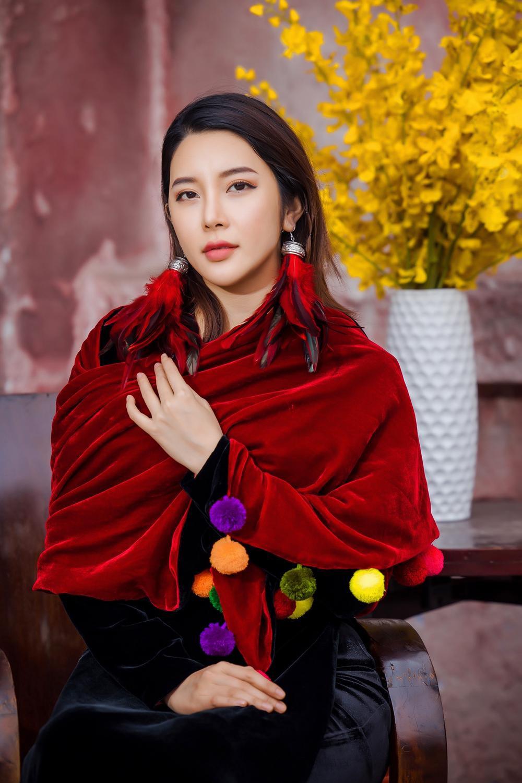 Du Xuân kiêu sa với áo dài nhung cách tân giao thoa vẻ đẹp Á - Âu Ảnh 4