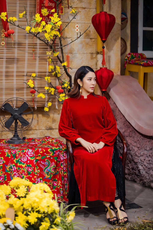 Du Xuân kiêu sa với áo dài nhung cách tân giao thoa vẻ đẹp Á - Âu Ảnh 6