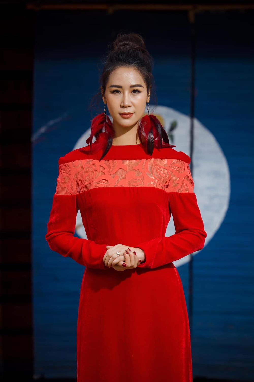 Du Xuân kiêu sa với áo dài nhung cách tân giao thoa vẻ đẹp Á - Âu Ảnh 15