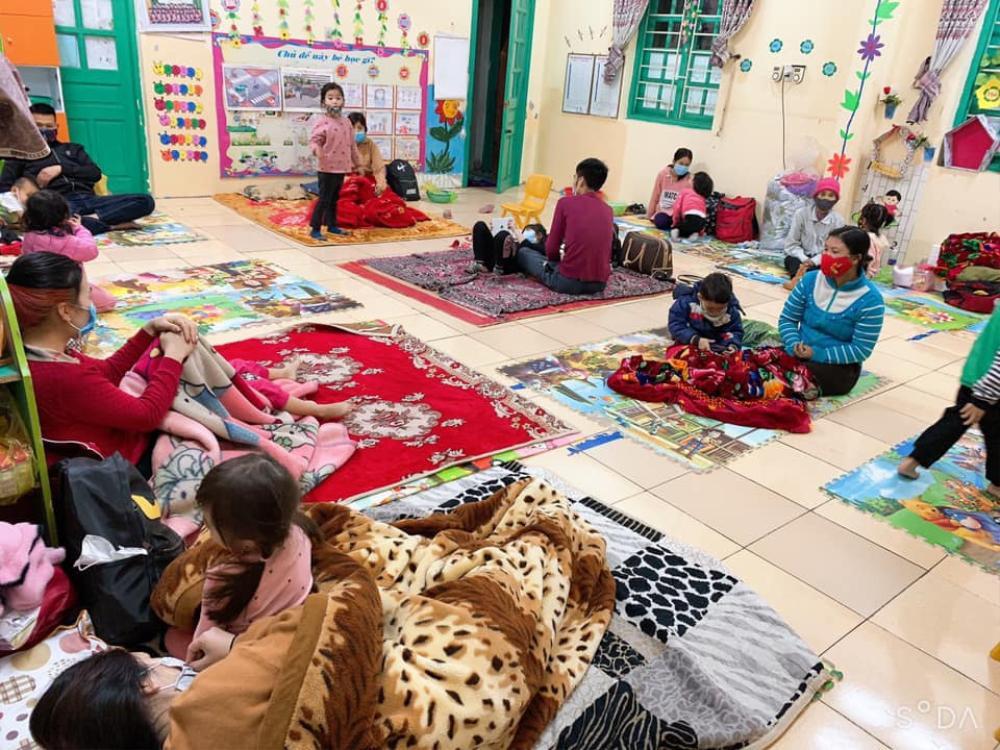 Xót xa hình ảnh các em nhỏ mẫu giáo trùm áo mưa, đeo khẩu trang kín mít trong khu cách ly tập trung Ảnh 6
