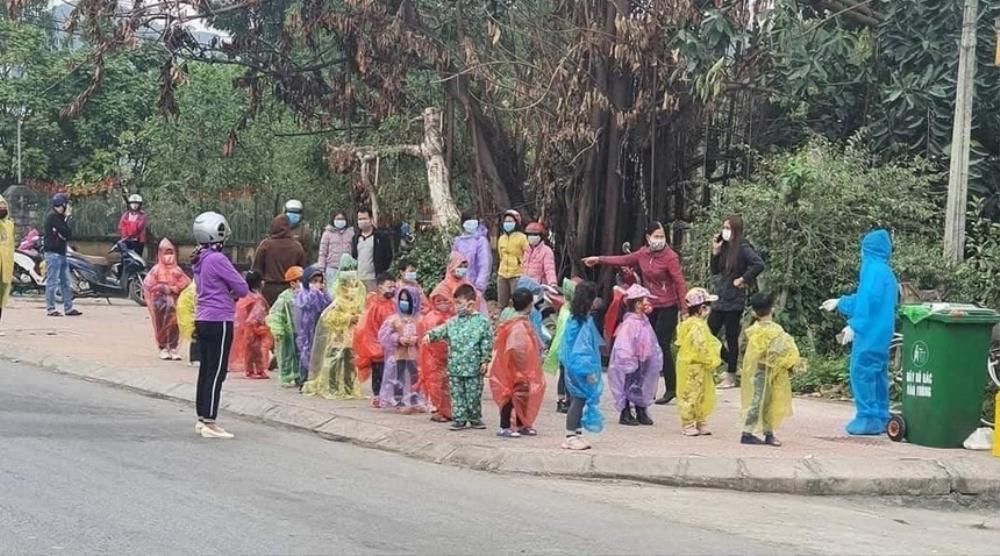 Xót xa hình ảnh các em nhỏ mẫu giáo trùm áo mưa, đeo khẩu trang kín mít trong khu cách ly tập trung Ảnh 1