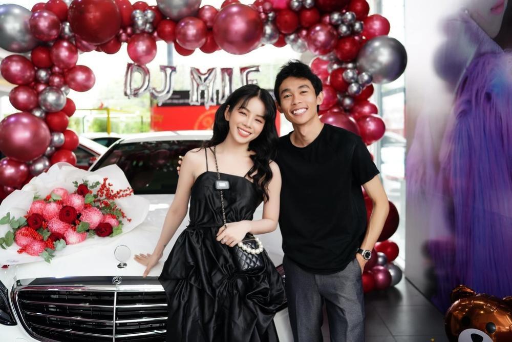 Hậu bị đồn 'đường ai nấy đi', Hồng Thanh nắm chặt tay DJ Mie đi nhận xế hộp mới Ảnh 3