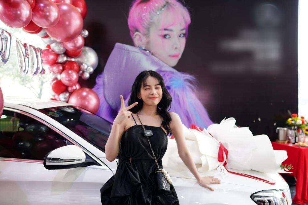 Hậu bị đồn 'đường ai nấy đi', Hồng Thanh nắm chặt tay DJ Mie đi nhận xế hộp mới Ảnh 5