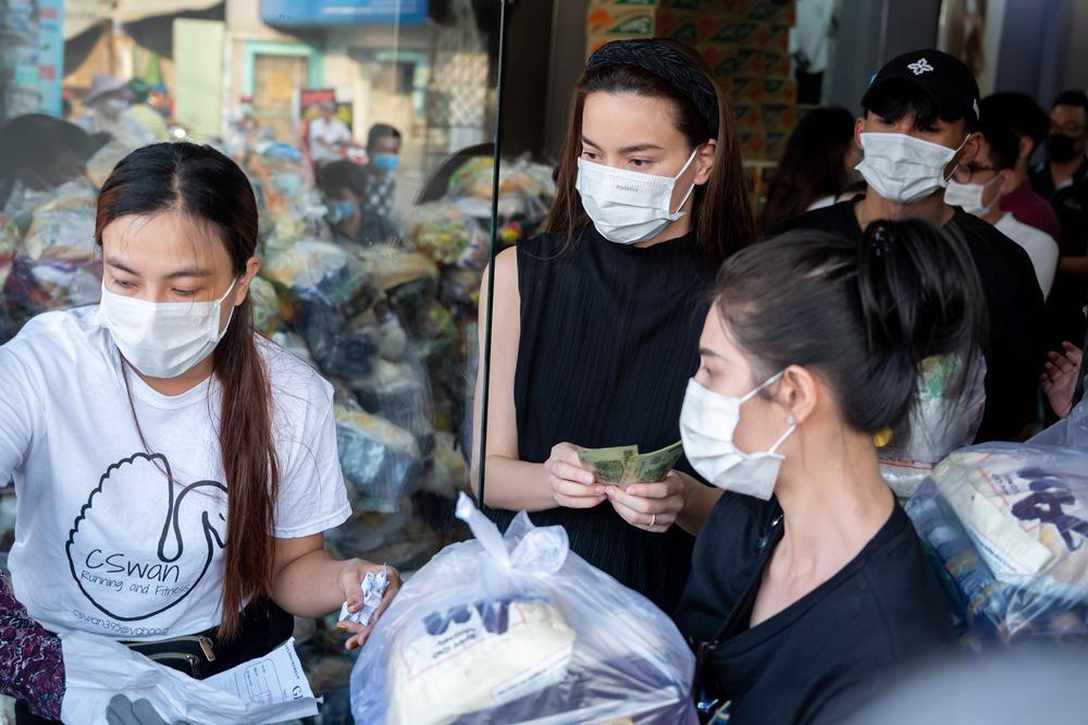 Hồ Ngọc Hà đi từ thiện giữa mùa dịch, tận tay trao quà cho bà con khó khăn, trẻ em cơ nhỡ Ảnh 3
