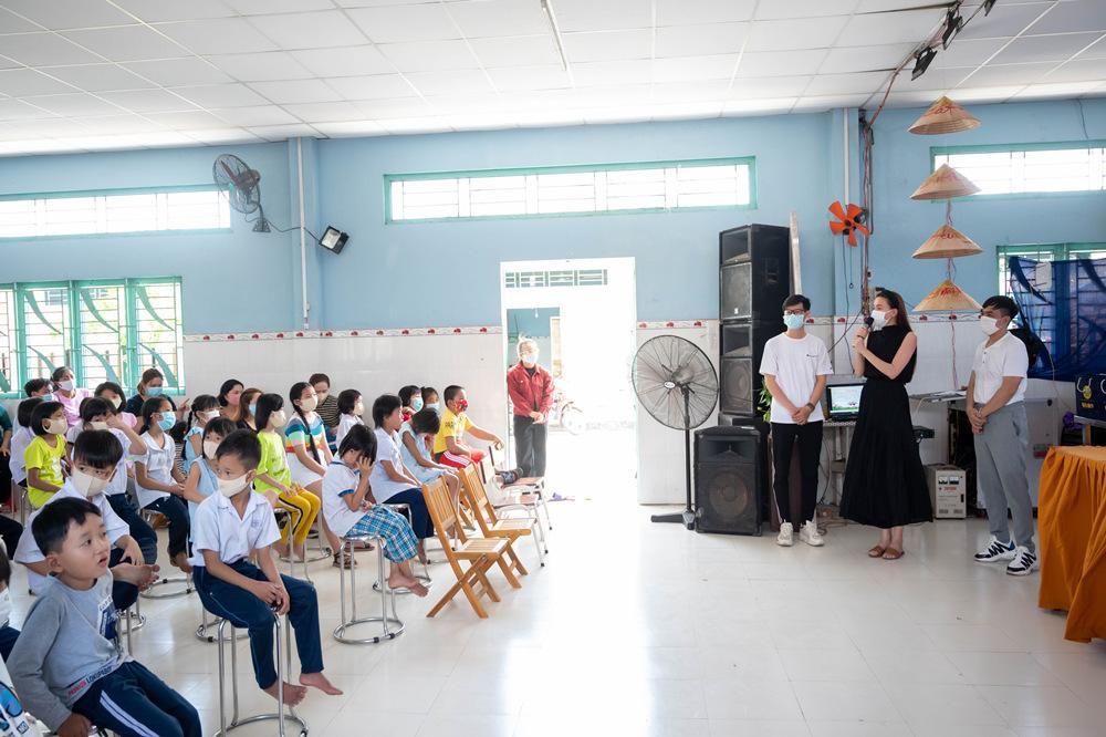 Hồ Ngọc Hà đi từ thiện giữa mùa dịch, tận tay trao quà cho bà con khó khăn, trẻ em cơ nhỡ Ảnh 7
