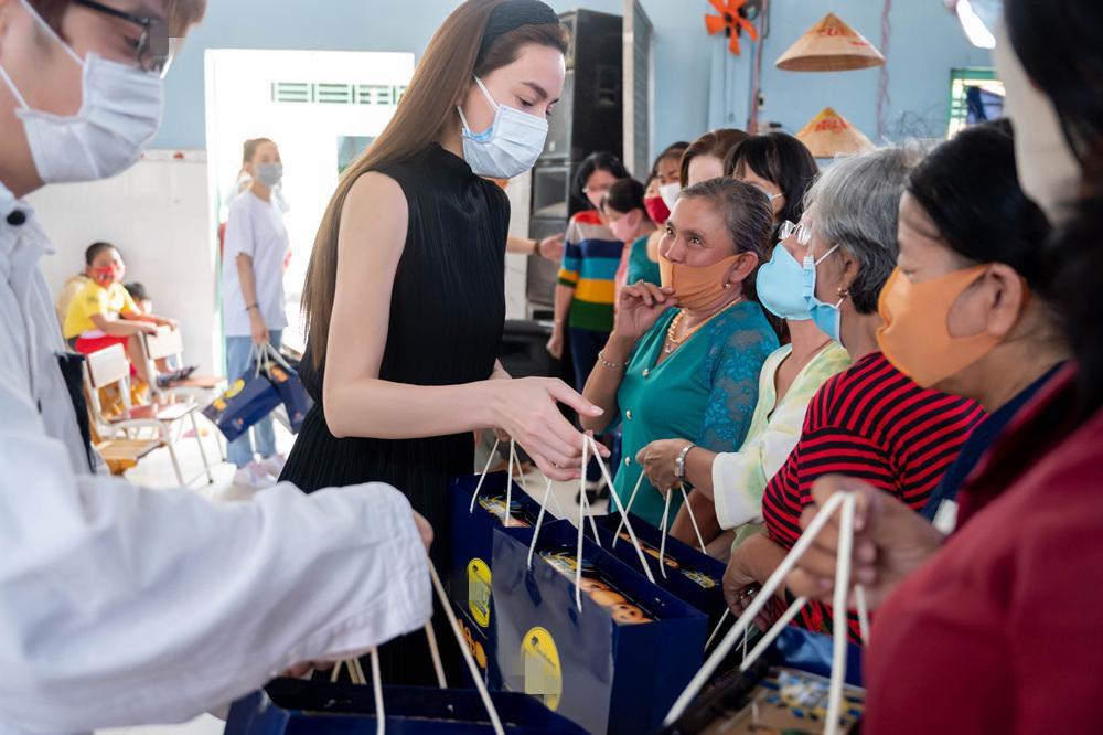 Hồ Ngọc Hà đi từ thiện giữa mùa dịch, tận tay trao quà cho bà con khó khăn, trẻ em cơ nhỡ Ảnh 6