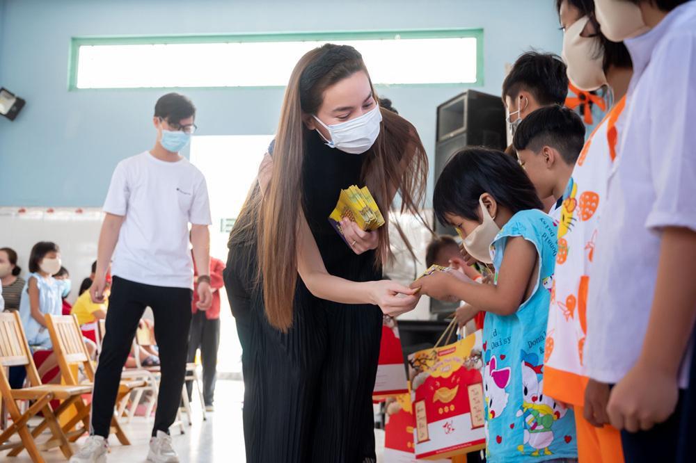 Hồ Ngọc Hà đi từ thiện giữa mùa dịch, tận tay trao quà cho bà con khó khăn, trẻ em cơ nhỡ Ảnh 5