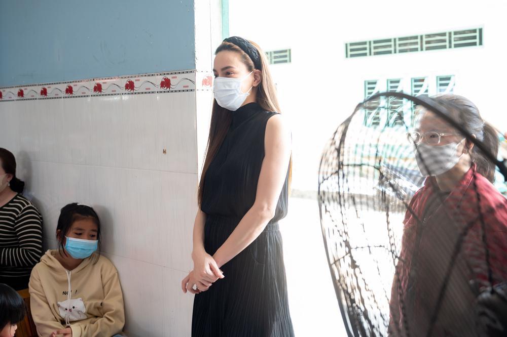 Hồ Ngọc Hà đi từ thiện giữa mùa dịch, tận tay trao quà cho bà con khó khăn, trẻ em cơ nhỡ Ảnh 1
