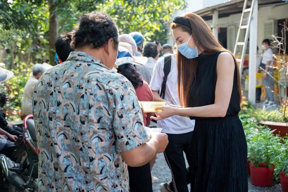 Hồ Ngọc Hà đi từ thiện giữa mùa dịch, tận tay trao quà cho bà con khó khăn, trẻ em cơ nhỡ Ảnh 4