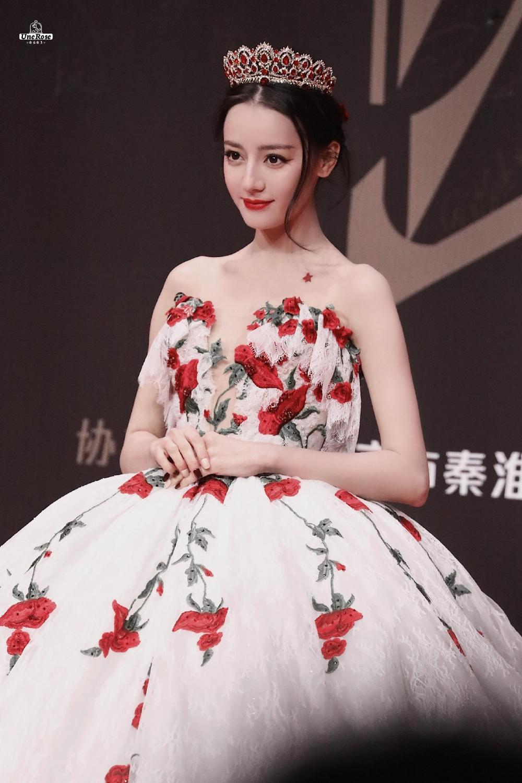 Tạo hình thảm đỏ lộng lẫy của sao nữ Cbiz, đỉnh nhất là 'tiểu' Thư Kỳ sắc sảo Ảnh 5