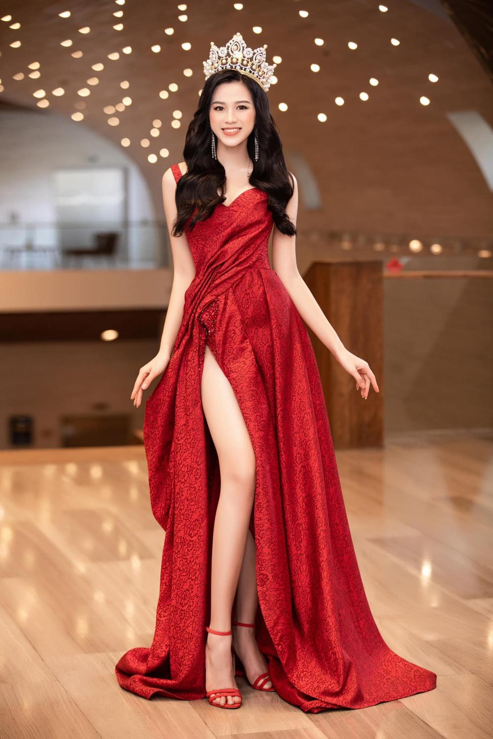 Đỗ Thị Hà bao phen khiến fan chao đảo vì váy xẻ cao ngút ngàn, khoe đôi chân cực phẩm 1m1 Ảnh 3