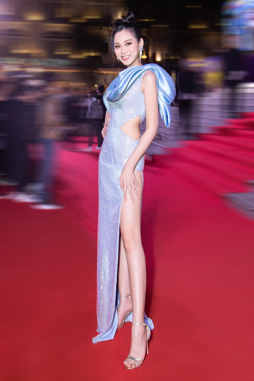Đỗ Thị Hà bao phen khiến fan chao đảo vì váy xẻ cao ngút ngàn, khoe đôi chân cực phẩm 1m1 Ảnh 2
