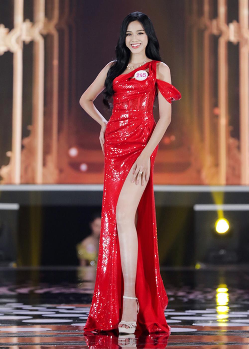 Đỗ Thị Hà bao phen khiến fan chao đảo vì váy xẻ cao ngút ngàn, khoe đôi chân cực phẩm 1m1 Ảnh 9