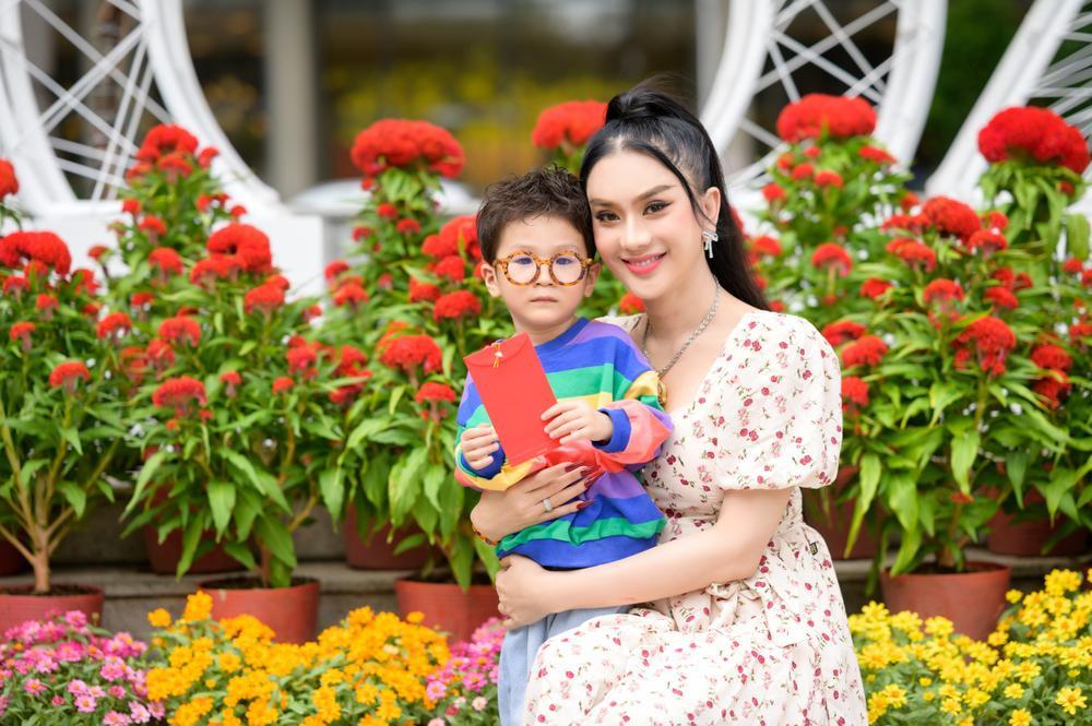 Lâm Khánh Chi cùng ông xã và con trai cưng đi chợ hoa, chia sẻ được gia đình nội - ngoại lo Tết chu toàn Ảnh 3