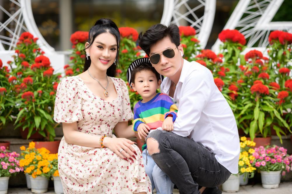 Lâm Khánh Chi cùng ông xã và con trai cưng đi chợ hoa, chia sẻ được gia đình nội - ngoại lo Tết chu toàn Ảnh 4