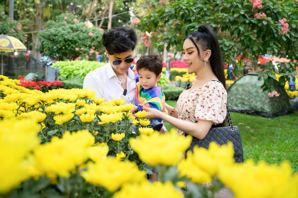 Lâm Khánh Chi cùng ông xã và con trai cưng đi chợ hoa, chia sẻ được gia đình nội - ngoại lo Tết chu toàn Ảnh 6