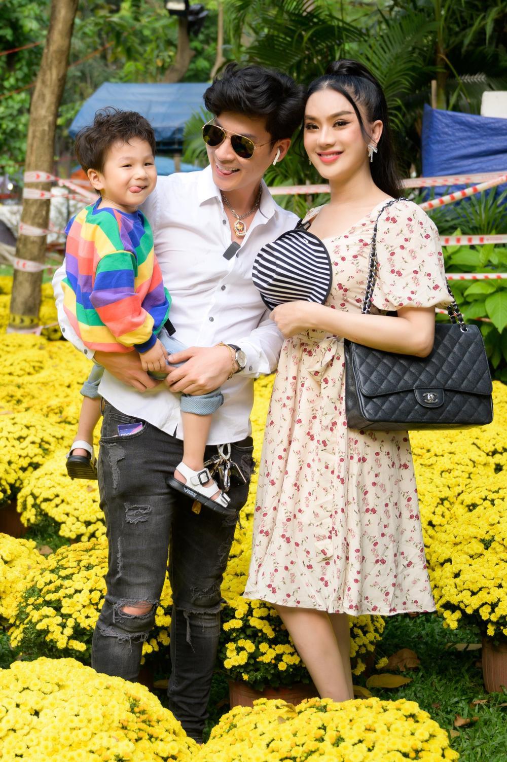 Lâm Khánh Chi cùng ông xã và con trai cưng đi chợ hoa, chia sẻ được gia đình nội - ngoại lo Tết chu toàn Ảnh 7
